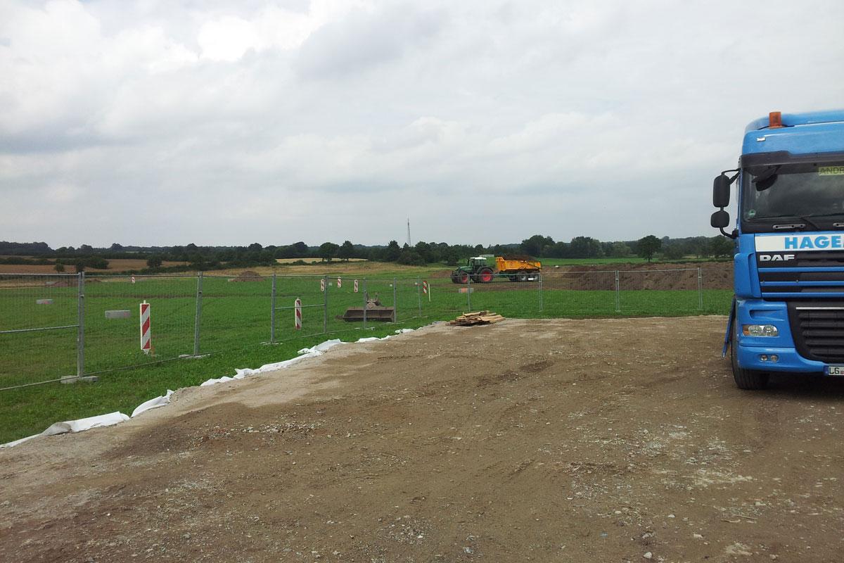 Baustelleneinrichtung: der Mutterboden wird abgetragen