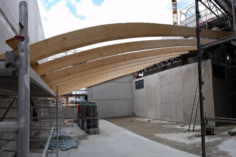 Vorbereitung auf Orkan und Nachtfrost: Holzbinder über der Maschinenhalle werden aufgebaut…