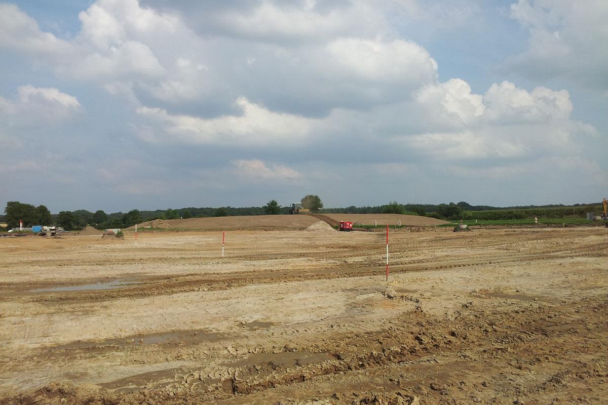 """Im Hintergrund der zusammengefahrene Mutterboden: Der Mühlenrader """"Ayer's Rock"""""""