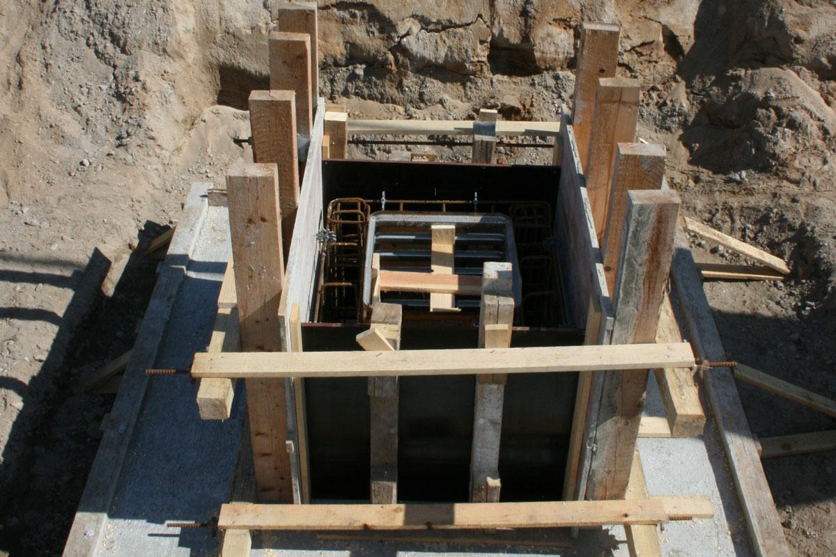 Fertige Köcher-Fundamentplatte mit Einschalung für die Köcherwände. In die Köcherfundamente werden später die Stützen für die Wände und Dachträger gestellt und vergossen.