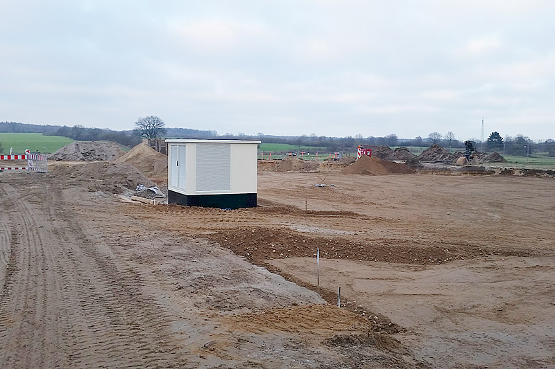 Mitten im Baufeld: die neue, etwas verlassen wirkende, Trafokompaktstation.