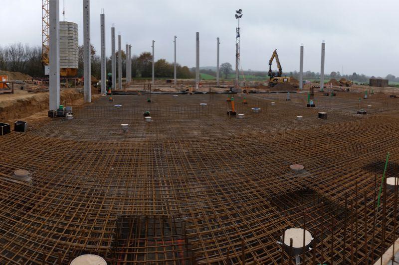 Stahl soweit das Auge reicht. Die Bodeneinläufe sind auf Fertigmaß im Stahl eingebunden.