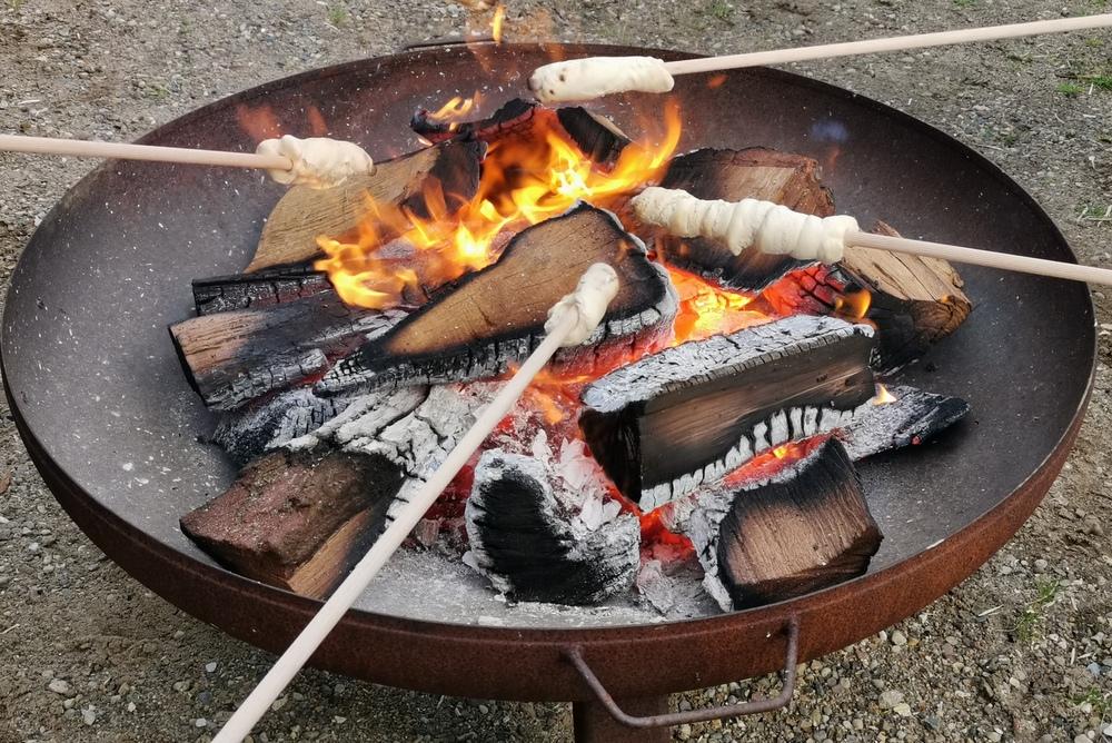 Stockbrotgrillen über der Feuerschale